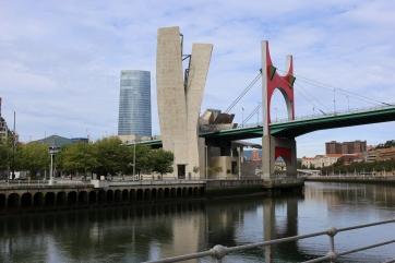 puente La Salve, y al fondo edifico Iberdrola