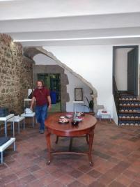 Joan Serra en la entrada de la masía